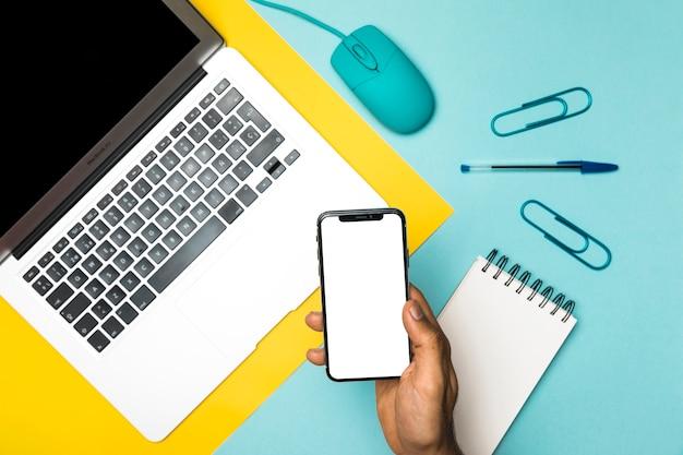 Vista superior del concepto de escritorio con teléfono inteligente maqueta