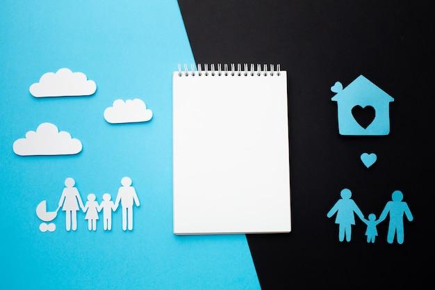 Vista superior del concepto de familia con notebook