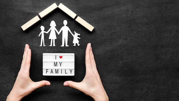 Vista superior del concepto de familia en pizarra con espacio de copia