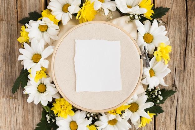 Vista superior del concepto floral en mesa de madera