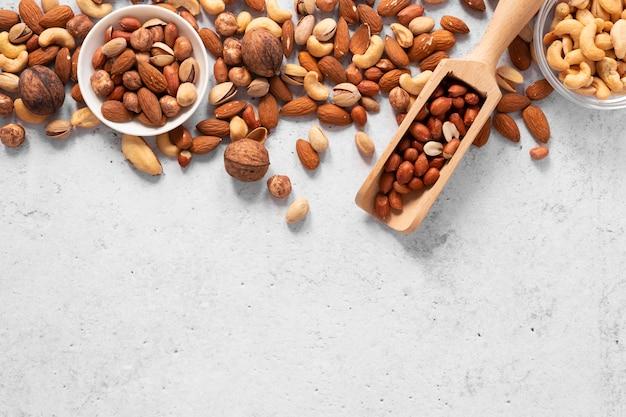 Vista superior del concepto de frutos secos con espacio de copia
