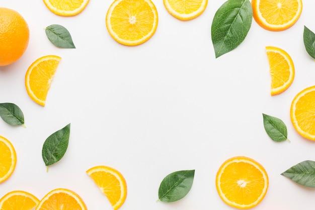 Vista superior del concepto de marco de rodajas de naranja