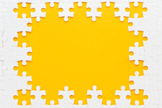 Vista superior del concepto de marco de rompecabezas