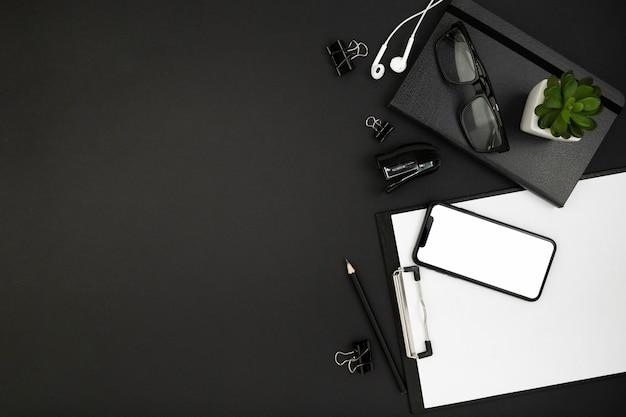 Vista superior del concepto oscuro de escritorio con espacio de copia