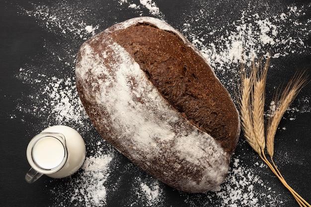 Vista superior del concepto de pan con leche