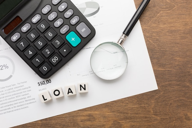 Vista superior del concepto de préstamos e impuestos