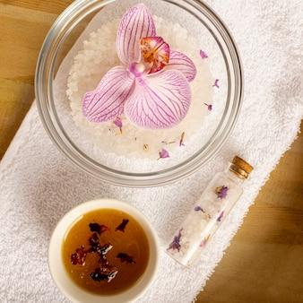 Vista superior del concepto de spa con flores en un tazón
