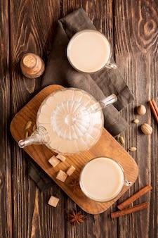 Vista superior del concepto de té con leche con canela
