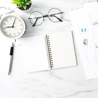 Vista superior del concepto de trabajo de mesa de oficina con cuaderno en blanco