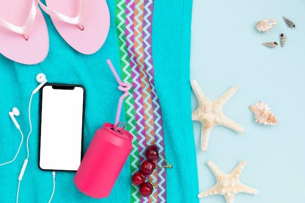 Vista superior del concepto de verano con accesorios de playa