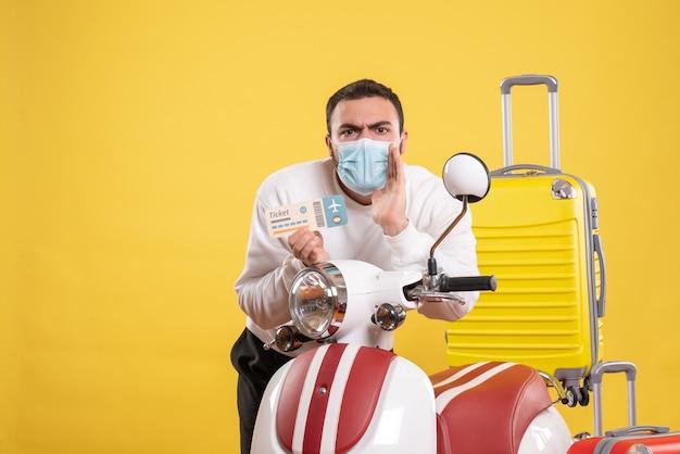 Vista superior del concepto de viaje con chico joven en máscara médica de pie cerca de la motocicleta