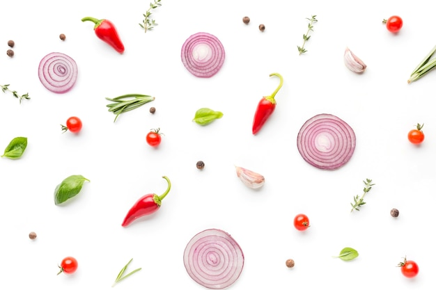 Vista superior de condimentos y aros de cebolla