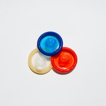 Vista superior de condones con fondo blanco y espacio de copia
