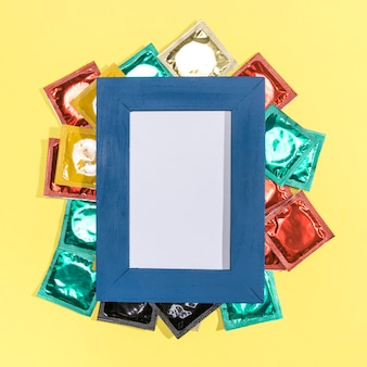 Vista superior de condones con marco azul.