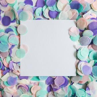Vista superior confeti color pastel con papel enmedio