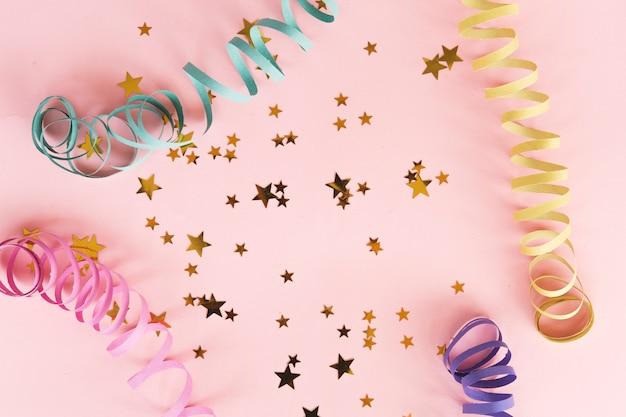 Vista superior confetti estrellas metálicas