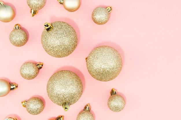 Vista superior conjunto de bolas de navidad