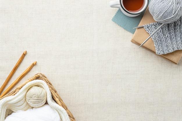 Vista superior del conjunto de crochet con espacio de copia e hilo