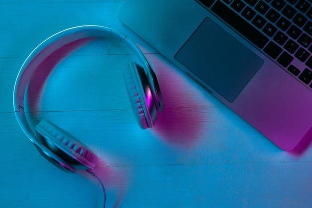 Vista superior del conjunto de gadgets en luz de neón púrpura y azul
