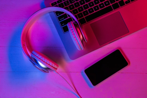 Vista superior del conjunto de gadgets en luz de neón púrpura y rosa.