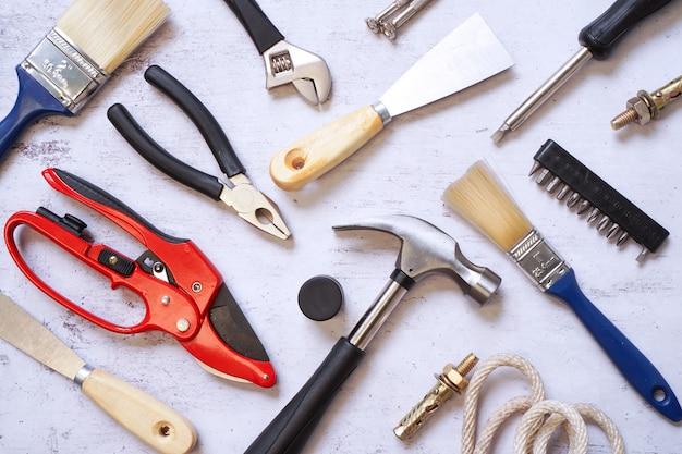 Vista superior del conjunto de herramientas de construcción y mantenimiento para manitas en patrón