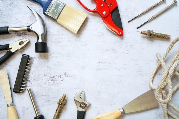 Vista superior del conjunto de herramientas de construcción y mantenimiento para personal de mantenimiento con espacio de copia