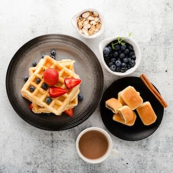 Vista superior conjunto de panqueques con café y frutas