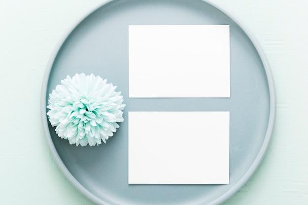 Vista superior conjunto de tarjetas en blanco