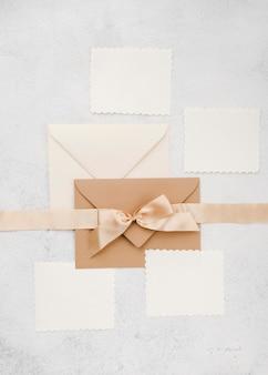Vista superior conjunto de tarjetas de invitación de boda