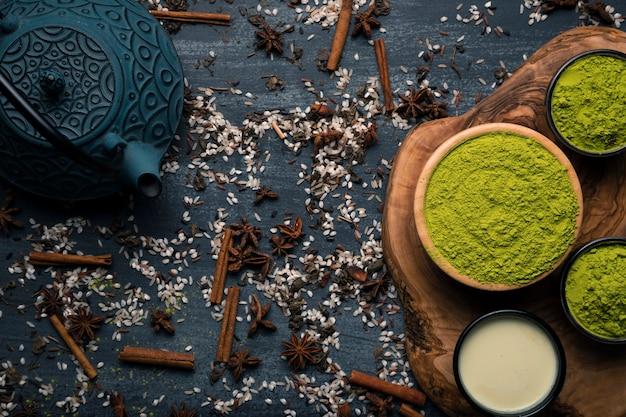 Vista superior conjunto de tetera junto al té verde en polvo