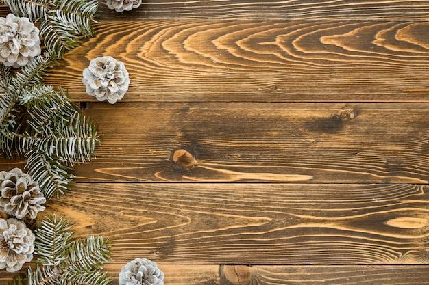 Vista superior de conos y agujas de pino natural en madera