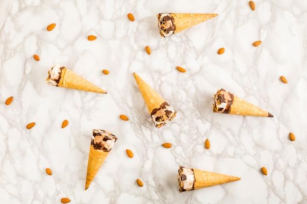 Vista superior conos de helado y almendras