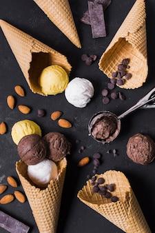 Vista superior conos de helado y bolas