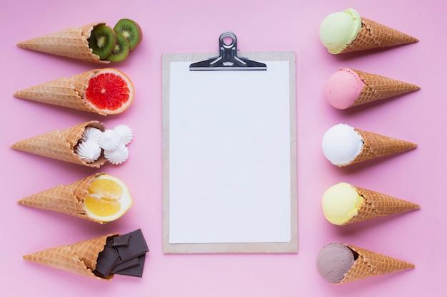Vista superior de conos de helado con portapapeles