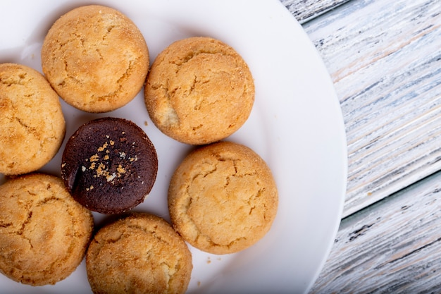 Vista superior de las cookies en un plato blanco