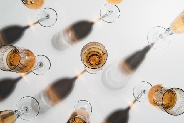 Vista superior copas de champán en la mesa