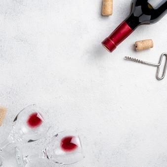 Vista superior de copas para vino y botellas de vino