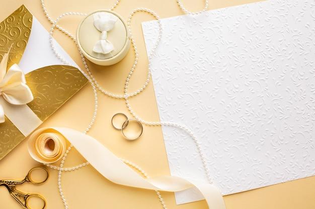 Vista superior copia espacio anillos de boda y cinta