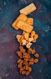 Vista superior copia espacio galletas saladas con pan rallado sobre un fondo rosa-azul