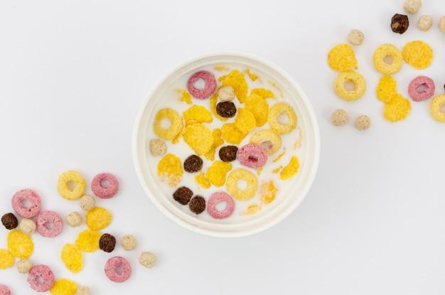 Vista superior de copos de maíz y cereales