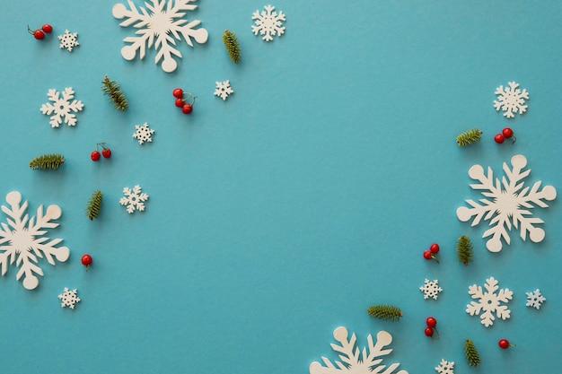Vista superior copos de nieve blancos minimalistas y muérdago