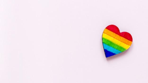 Vista superior del corazón del arco iris con espacio de copia