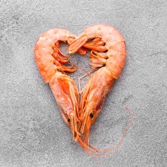Vista superior del corazón de camarones en la mesa