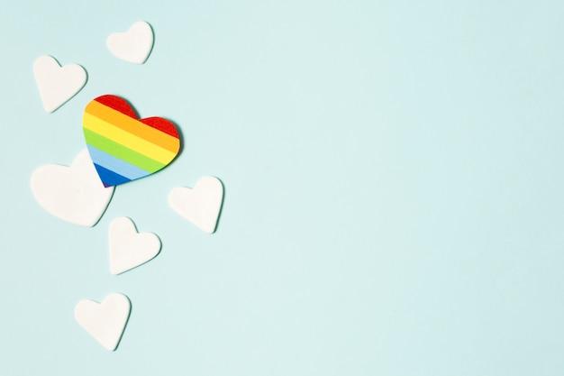 Vista superior del corazón en colores del arco iris con espacio de copia