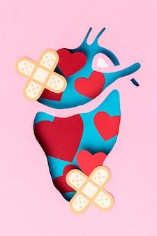 Vista superior del corazón con el concepto de curitas