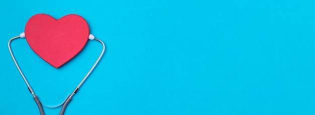 Vista superior del corazón con estetoscopio médico