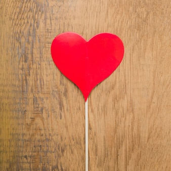 Vista superior del corazón firme en la mesa de madera