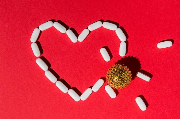 Vista superior del corazón hecho de medicina