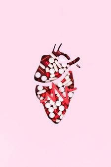 Vista superior del corazón hecho de pastillas