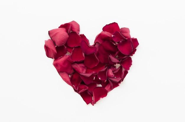 Vista superior corazón hecho de pétalos de flores